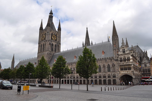 2012.06.30.155 - IEPER - Grote Markt - Belfort · Lakenhalle van Ieper · Nieuwerck