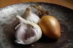 plant(0.0), vegetable(1.0), onion(1.0), garlic(1.0), shallot(1.0), produce(1.0), food(1.0),