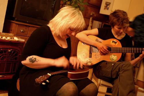 jennae\'s got a ukulele! *sing*