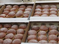 petit four(0.0), oliebol(1.0), baking(1.0), chocolate truffle(1.0), sweetness(1.0), baked goods(1.0), bakery(1.0), food(1.0), dish(1.0), pã¢tisserie(1.0), pä…czki(1.0), cuisine(1.0),