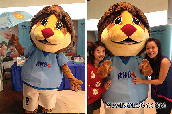 The RHB lion with two omy Blog Club bloggers