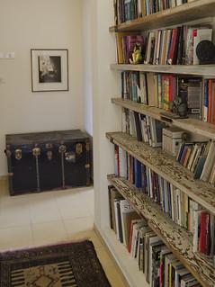מדפי ספרים מדלתות ישנות