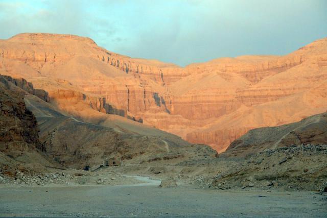 """Las montañas que acogen tantas tumbas, faraones, tesoros por descubrir, historia y poder, ... son de una enorme belleza y asombran desde que se entra al valle y se tiene una vista tan espectacular como ésta. Valle de los Reyes, enlace con la """"otra vida"""" - 8492302601 909486e2ec z - Valle de los Reyes, enlace con la """"otra vida"""""""