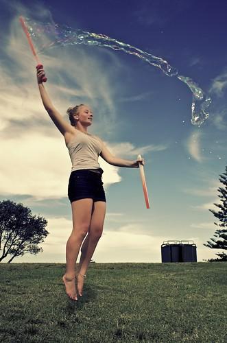 [フリー画像素材] 人物, 女性, 跳ぶ・ジャンプ, シャボン玉, オーストラリア人 ID:201303150200