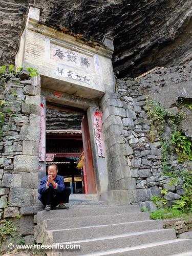 chino sentado enfrente del templo