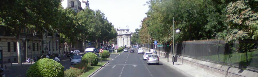 In de verte doemt de Puerta de Alcalá op