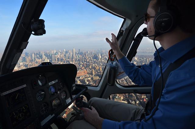El piloto de nuestro helicóptero mientras volabamos por encima de los rascacielos de Nueva York