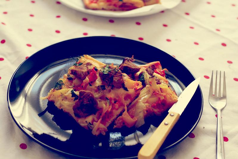 pizza mit mango & schweinefleisch