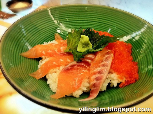 Salmon sashimi and tobiko with rice