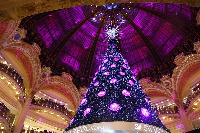 Paris, France: La coupole des Galeries Lafayette au moment des fêtes de Noël, The dome of Galeries Lafayette at the time of Christmas, Die Kuppel der Galeries Lafayette zur Zeit der Weihnachtsfeiertage