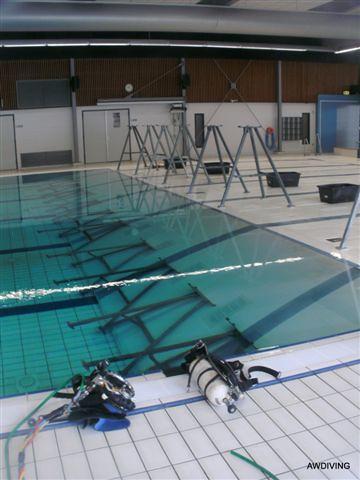Voorbereiding plaatsen van de steunen in het zwembad