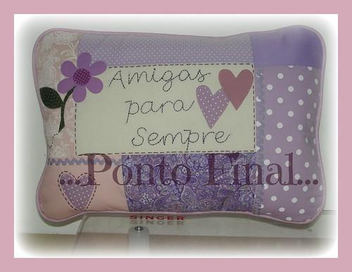 ...Almofada em patchwork, aplicações e frase bordada à mão... by Ponto Final - Patchwork