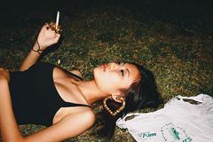 [フリー画像素材] 人物, 女性 - アジア, 女性 - 横たわる・寝転ぶ, 煙草・タバコ, シンガポール人 ID:201303101400