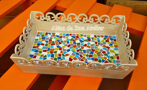 Bandeja colorida com mosaico