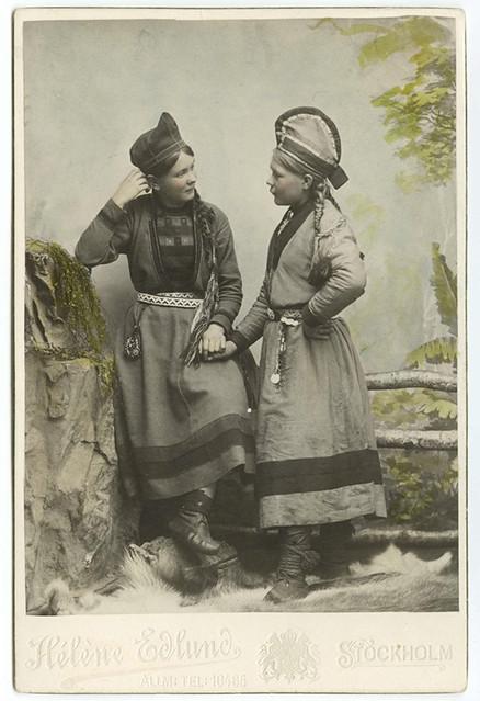 Two Sami women 1890- 1899, Sweden, Ateljéporträtt. Två unga samekvinnor klädda i kolt. Kvinnan t.v. Inga Århén.