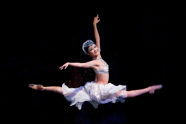 Yuhui Choe as Nikiya in La Bayadère © Bill Cooper/ROH 2009