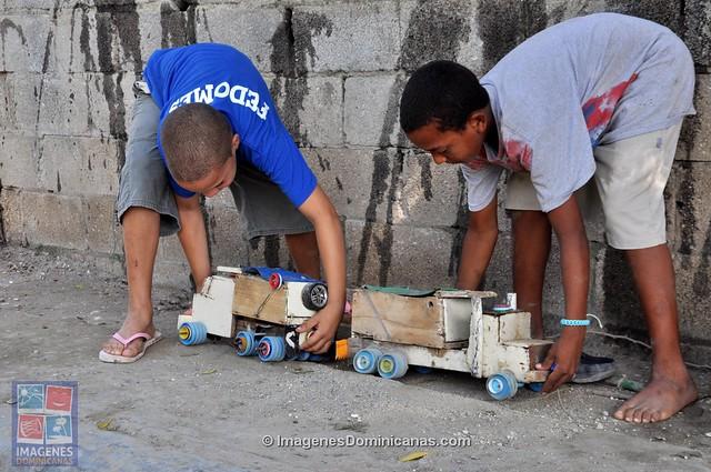 Niños dominicanos jugando