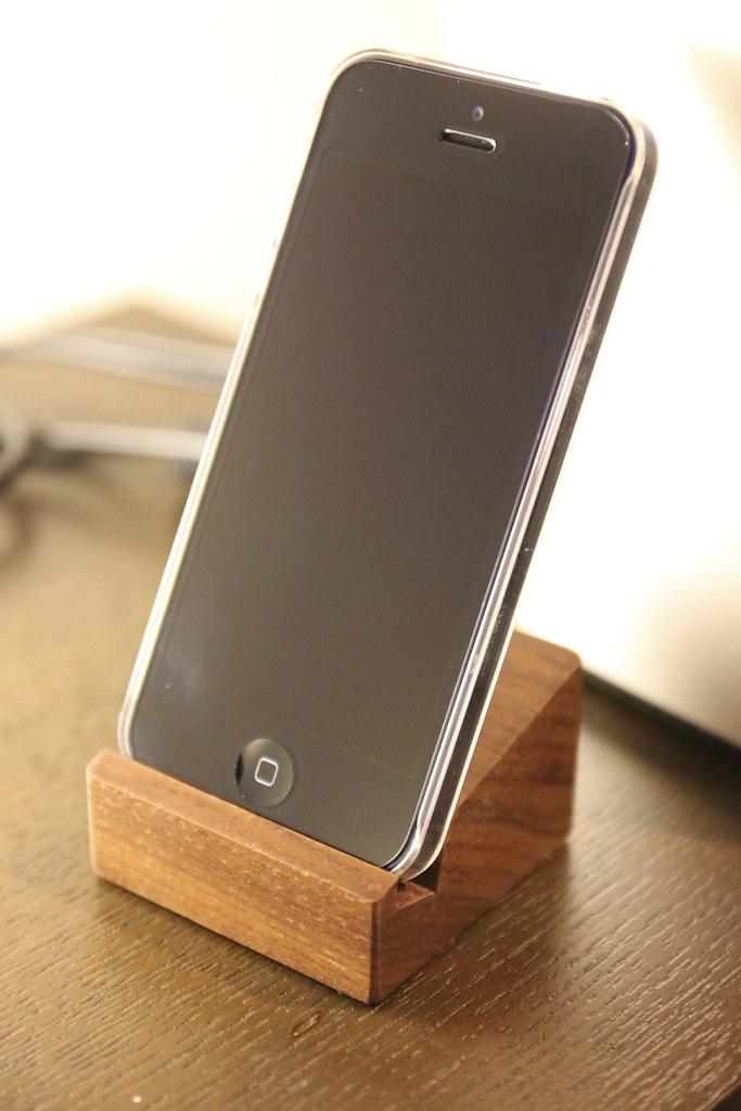 端材でできたスマートフォン用スタンド iPhone®用