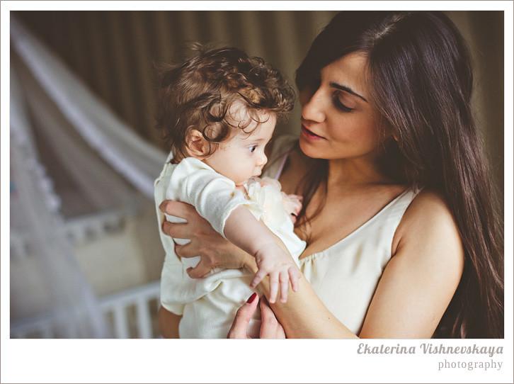 фотограф Екатерина Вишневская, хороший детский фотограф, семейный фотограф, домашняя съемка, студийная фотосессия, детская съемка, малыш, ребенок, съемка детей, кудри, кудряшки, мама с дочкой, ребёнок на руках, красивый портрет, материнство, касивая мама, фотограф москва