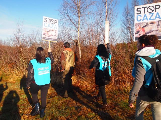 26/01/2013 - Ourense - Activistas de Igualdad Animal protestan ante los cazadores