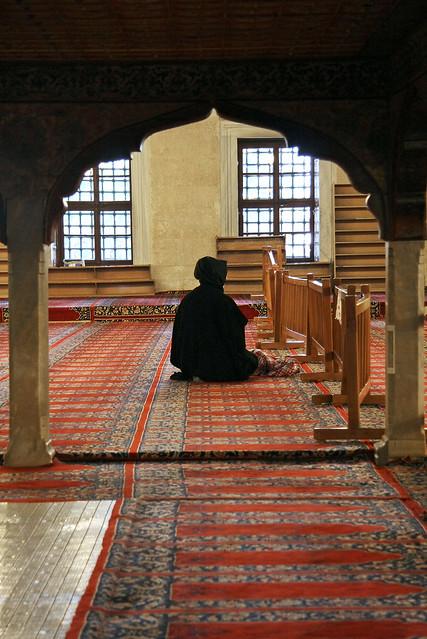A woman in Selimiye Mosque, Edirne, Turkey エディルネ、セリミエ・モスクにいた女性