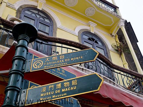 Señales en portugués y chino en Macao