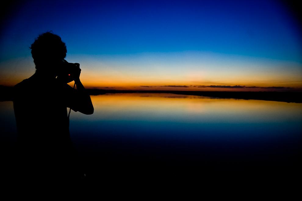 Así se veía el atardecer sobre el Río Paraguay tan pronto el sol se ocultó en el horizonte, se formaron colores inexplicablemente hermosos, mientras los fotógrafos aprovechaban el espectáculo para fotografiarlo. (Elton Núñez)