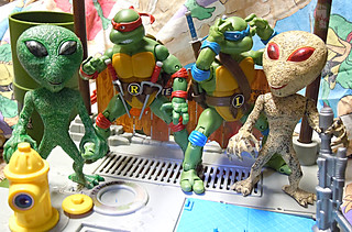 "DOLLAR TREE :: ""ALIEN"" ACTION FIGURE; Green & Tan xviii // .. with TMNT Classics Raph & Leo '12  (( 2012 ))"