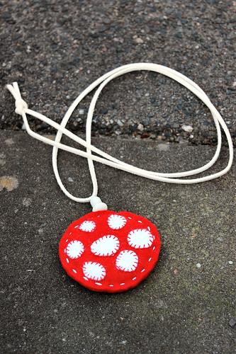 Felt pendant necklace 'mushroom'