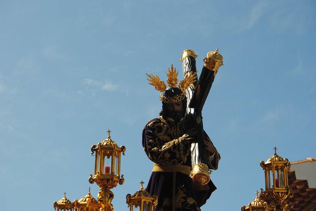 El mediodía dota a la procesión de Padre Jesús de un fulgor especial. FOTO: ÁNGEL MEDINA LAÍN