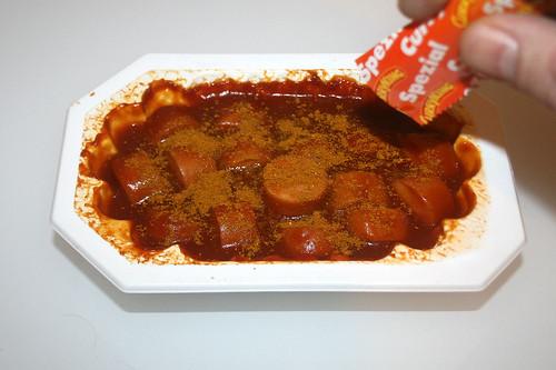 08 - Meica Curry King Geflügel - Mit Currypulver bestreuen