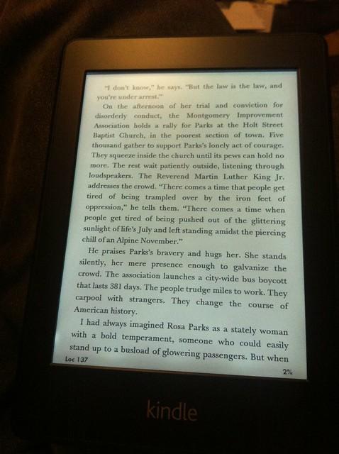 Bild på Kindle Paperwhite med en boksida