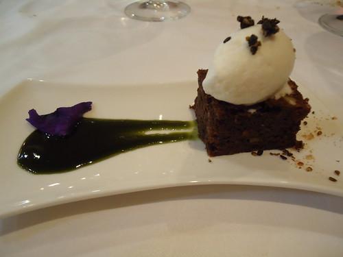 Zaragoza | La Embajada | Brownie con mermelada de borraja, helado de coco y sésamo negro garrapiñado