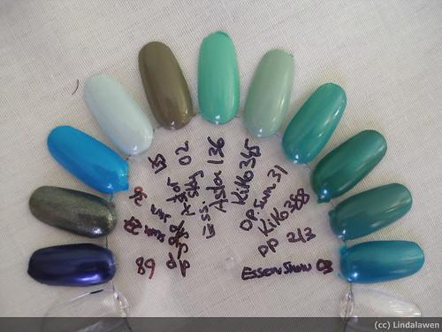 Esmaltes de uñas verdes y azules