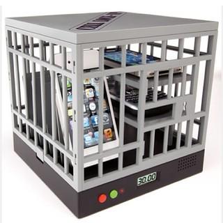 Tem gente com idéia pra tudo! Cell phone lock up, ótimo para mesas de bares e restaurantes!