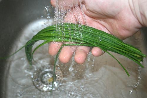 28 - Schnittlauch waschen / Wash chives