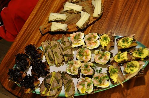 Smørrebrød med makrel og røræg, med æg og rejer, med andeleverpostej og cornichoner, med frikadeller og rødkål og med ost