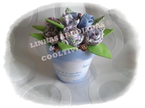 Vaso azul bebé com rosas em tecido by Linhas Arrojadas Atelier de Costura ® Trademark