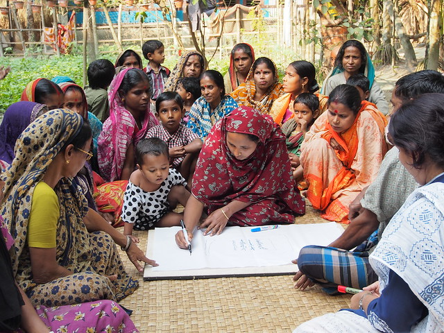 Mapping exercise in Jhalokhati, Bangladesh. Photo by Sarah Castine, 2013.