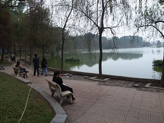 市内のホアンキエム湖