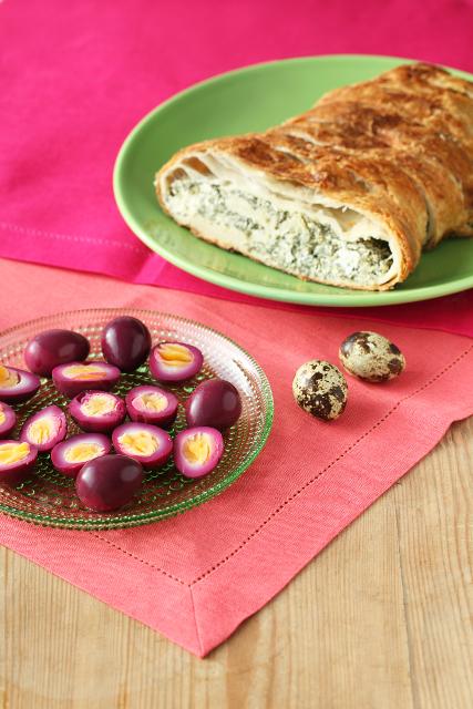 Peedimarinaadis vutimunad ja minu spinati-fetapirukas / Beet-dyed quail eggs and spanakopita