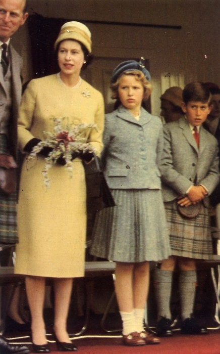 1960 Queen Elisabeth II with Phillip of Edinburgh, Princess Anne and Prince Charles... Lol look at Charles face