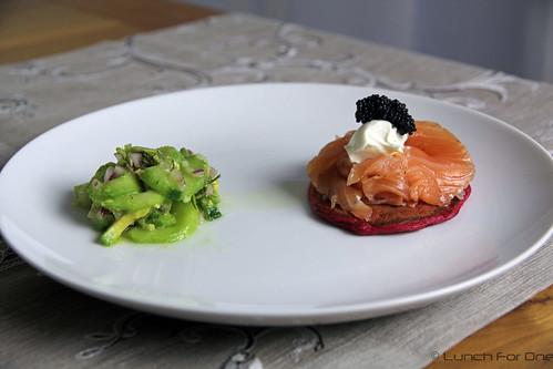 Rote Bete Blinis, Gurken Avoado Salat und gebeiztem Lachs