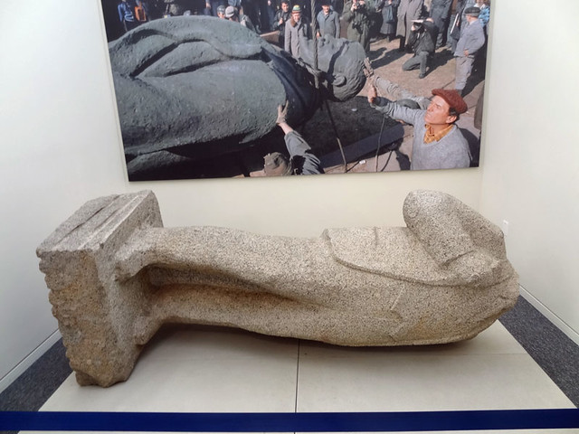 beheaded-lenin-statue