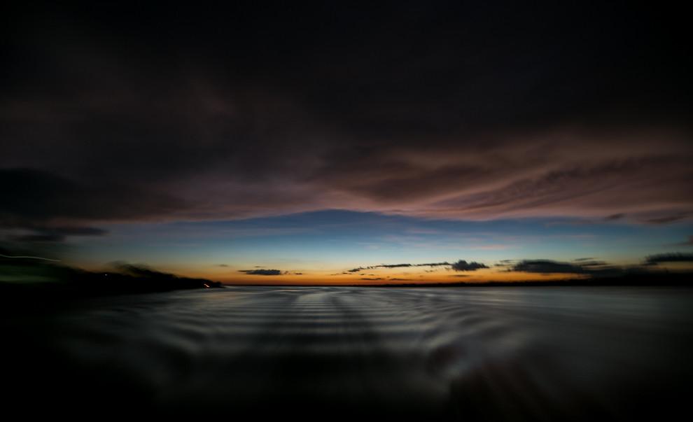 Los colores del atardecer se ven de fondo mientras el barco se aleja lentamente. (Tetsu Espósito)