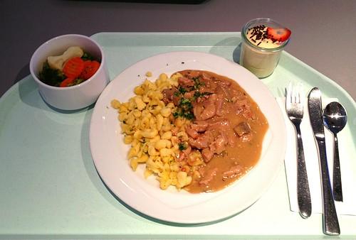 """Schweinegeschnetzeltes """"Züricher Art"""" in Rahmsauce & Spätzle / Pork chop """"zurich style"""" in cream sauce & spaetzle"""