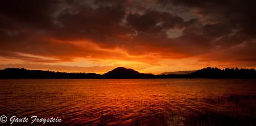blue sunset red sky orange color reflection water norway norge colorful himmel rød hordaland vann hav solnedgang refleksjon fargerik husnes kvinnherad undarheim oppsangersvatnet
