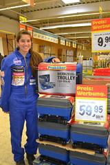 Araceli und der Werkzeug Trolley bei Praktiker