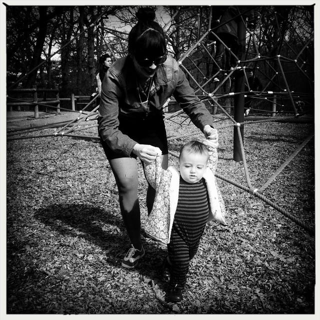 bébé manan au parc