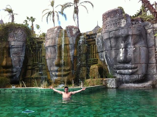 En la parte central del Resort se encuentra la piscina de las Caras de Angkor, preciosa piscina de estilo balinés a la que sólo pueden entrar adultos y que está climatizada todo el año. asia gardens benidorm, #experiencia en el paraiso - 8556147666 7b4449dc93 z - Asia Gardens Benidorm, #experiencia en el paraiso